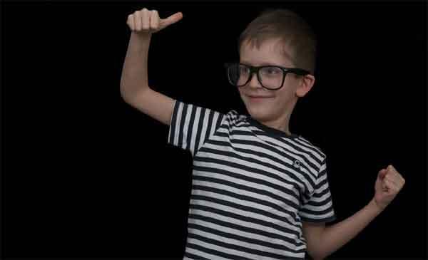 Enfant avec des lunettes de vue